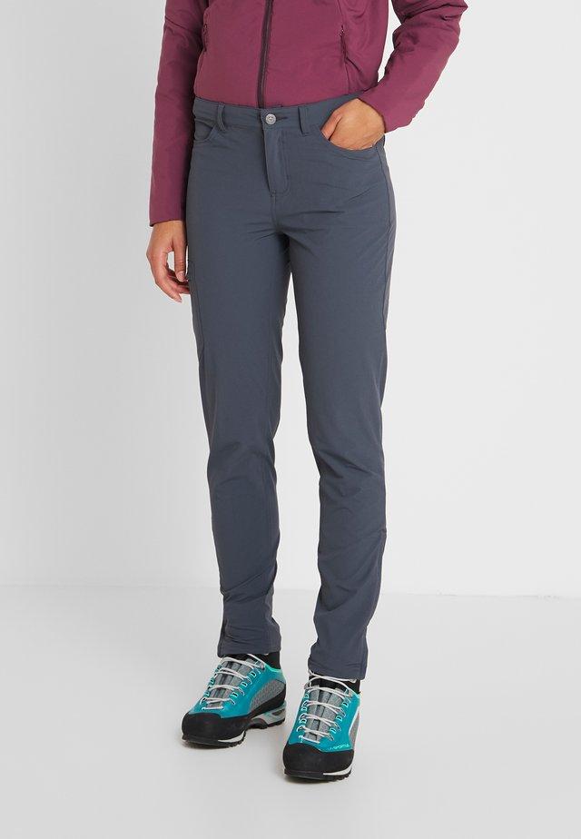 SKYLINE TRAVELER PANTS  REG - Pantalones - smolder blue