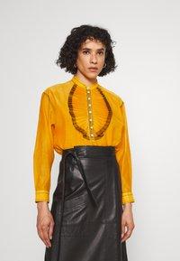 Tory Burch - RUFFLE FRONT BLOUSE - Long sleeved top - saffron gold - 2