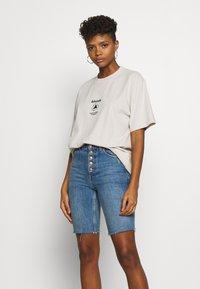 Afends - UNISEX SUBSTAINBILITY PROGRAMM TEE - T-shirt z nadrukiem - moonbeam - 3