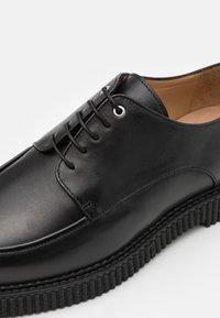 Royal RepubliQ - COLLISION DERBY SHOE - Zapatos de vestir - black - 5