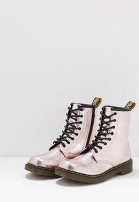Dr. Martens - 1460 - Nauhalliset nilkkurit - pink salt crinkle metallic - 3
