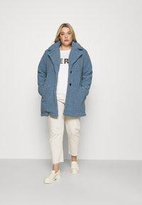 CAPSULE by Simply Be - TEDDY COAT - Classic coat - dusky blue - 1