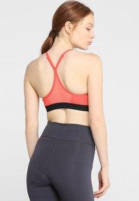 Nike Performance - INDY  - Brassières de sport à maintien léger - ember glow/black - 2