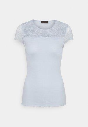 T-shirts med print - heather sky
