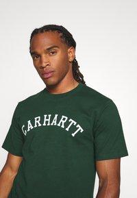 Carhartt WIP - UNIVERSITY  - Print T-shirt - bottle green/white - 3