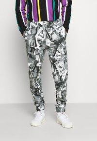 Chi Modu - PAC PATTERN - Tracksuit bottoms - black grey / print photo pattern - 0