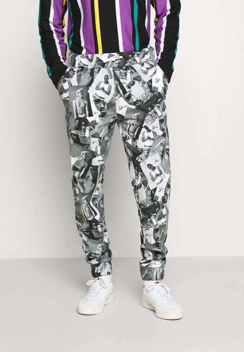 Chi Modu - PAC PATTERN - Tracksuit bottoms - black grey / print photo pattern