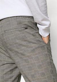 Only & Sons - ONSLINUS LIFE CHECK  - Pantalon classique - medium grey melange - 4