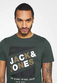 Jack & Jones - JCODEFENDER TEE CREW NECK - Print T-shirt - darkest spruce - 4