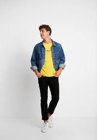 Tommy Hilfiger - LOGO TEE - T-shirt z nadrukiem - yellow - 1