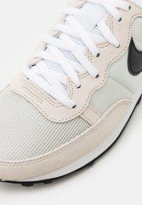 Nike Sportswear - CHALLENGER OG UNISEX - Tenisky - light bone/black/white - 7