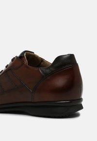 Lloyd - VERNON - Sznurowane obuwie sportowe - cognac - 4