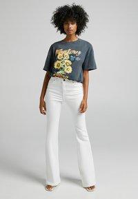 Bershka - FIVE-POCKET-DESIGN  - Jeans bootcut - white - 1