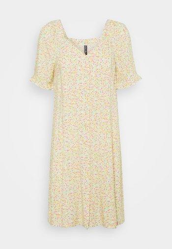 PCTIMBERLY DRESS - Vestido informal - jade lime ditsy