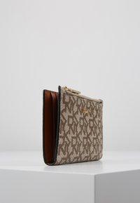DKNY - BRYANT BIFOLD HOLDER - Wallet - chino caramel - 4