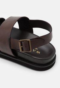Walk London - JACKSON - Sandaalit nilkkaremmillä - swiss brown - 5