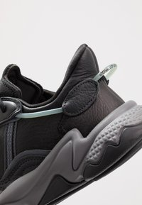 adidas Originals - OZWEEGO - Sneakers - core black/grey four/onix - 5