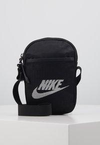 Nike Sportswear - HERITAGE UNISEX - Taška spříčným popruhem - black/black/white - 0