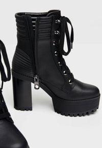 Bershka - MIT ABSATZ UND STEPPMUSTER  - Kotníková obuv na vysokém podpatku - black - 6