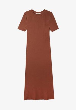 MIT KURZEN ÄRMELN UND SCHLITZEN  - Pletené šaty - brown