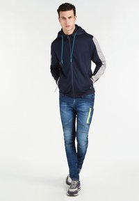 Guess - MIT LOGO HINTEN - veste en sweat zippée - blau - 1