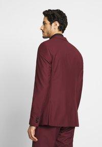 Isaac Dewhirst - TUX - Kostym - bordeaux - 3