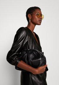 Ibana - DORA DRESS WITH  BELT - Pouzdrové šaty - black - 3