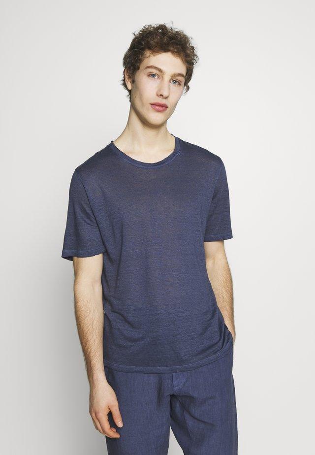 Jednoduché triko - dark blue fade