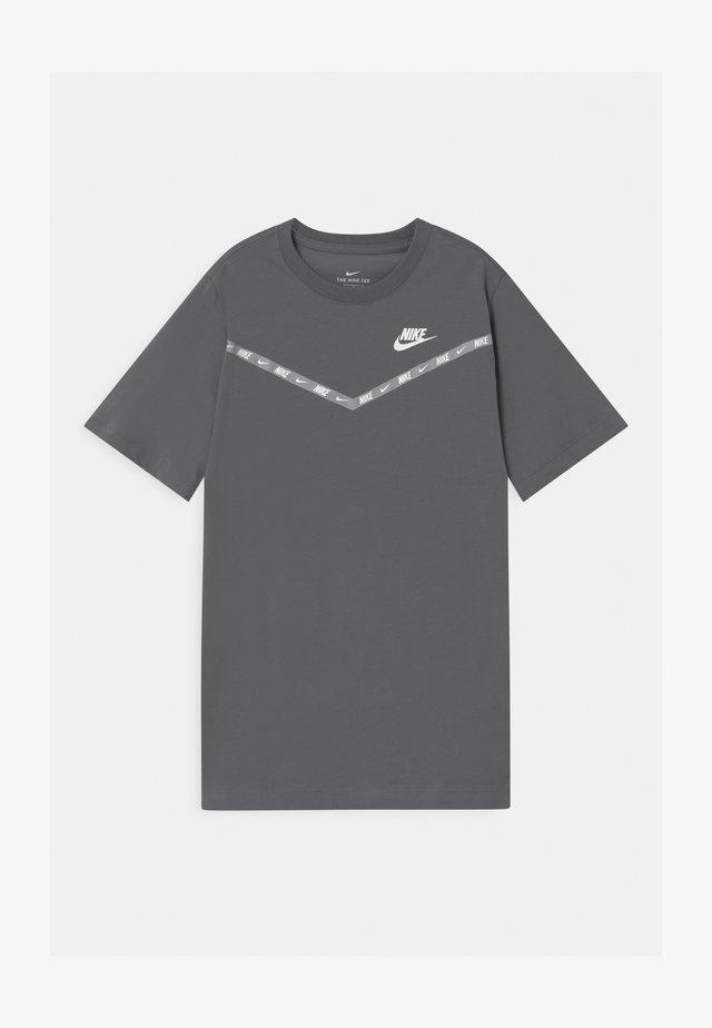 CHEVRON - Camiseta estampada - smoke grey