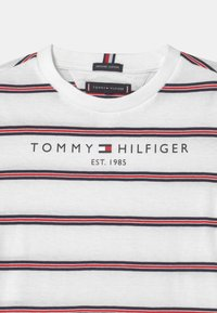 Tommy Hilfiger - ESSENTIAL STRIPE - Camiseta estampada - white - 2