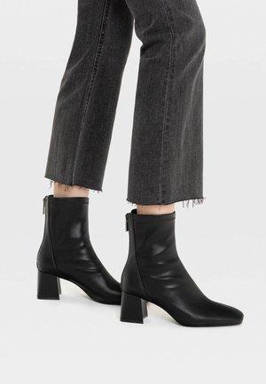 MIT HALBHOHEM ABSATZ - Kotníkové boty - black