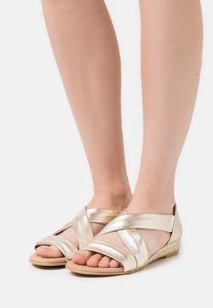 HALLIE - Sandaletter med kilklack - gold