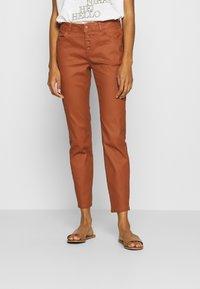 comma - Spodnie materiałowe - cognac - 0