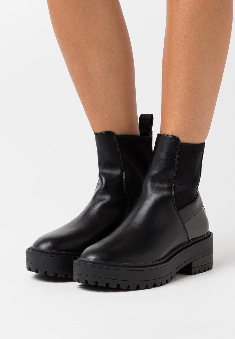 ONLY SHOES - ONLBRANDY CHELSEA BOOTIE  - Platåstøvletter - black