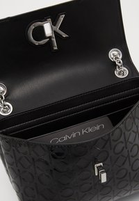 Calvin Klein - RE LOCK CROSSBODY - Torba na ramię - black - 4