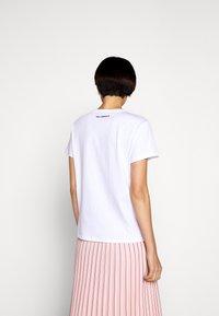 KARL LAGERFELD - IKONIK CHOUPETTE - T-shirt z nadrukiem - white - 2