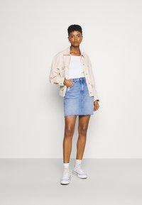 Tommy Jeans - MOM SKIRT - Mini skirt - denim light - 1