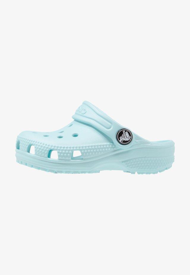 CLASSIC - Sandały kąpielowe - ice blue