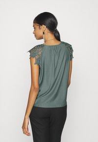 ONLY - ONLSILJA LIFE NEW MIX - Print T-shirt - balsam green - 2