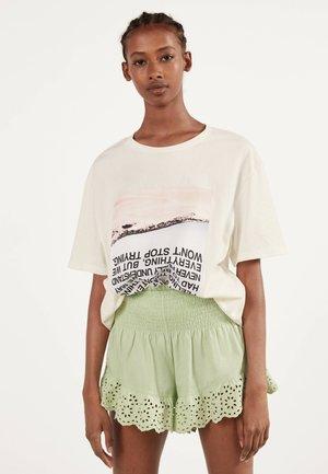 MIT STICKEREI  - Shorts - green