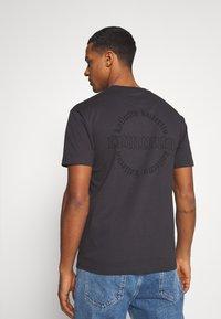 Common Kollectiv - CENTURY TEE UNISEX  - Print T-shirt - black - 2