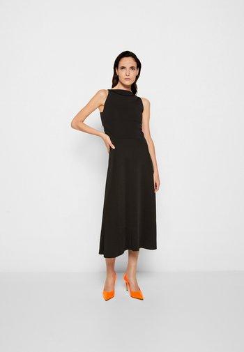 LACE BACK FIT AND FLARE DRESS - Pletené šaty - black