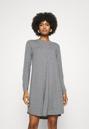 DRESS - Stickad klänning - grey