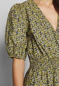 JUST FEMALE - DOVE DRESS - Kjole - black/yellow - 5
