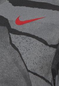 Nike Performance - TEE - T-shirt med print - smoke grey - 2