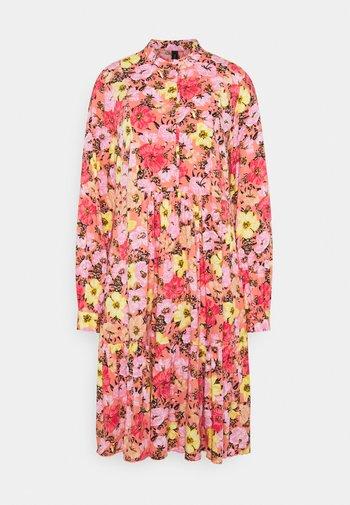 YASCAMELIA DRESS - Vestido camisero - crabapple/camelia