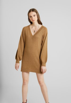 SAVILLA DRESS - Pletené šaty - camel