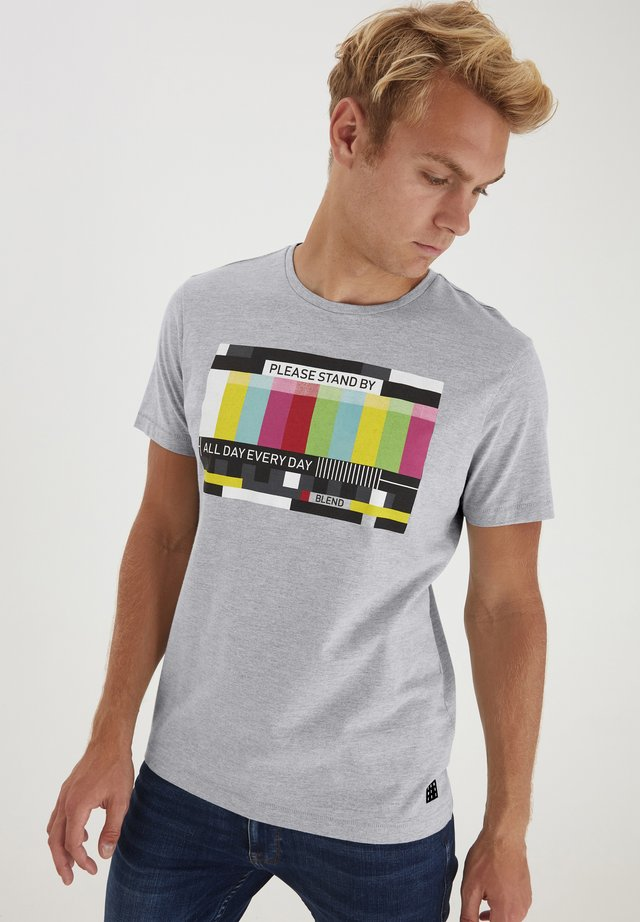 REGULAR FIT - T-shirt con stampa - Down Mix
