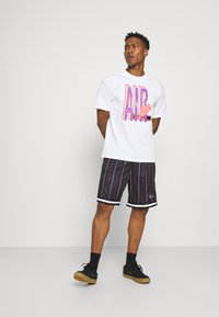 Karl Kani - SMALL SIGNATURE PINSTRIPE  - Shorts - black - 1