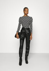 Dorothy Perkins - BELTED TROUSER - Trousers - black - 1